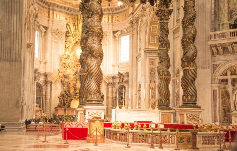 Vatican City Rome, Italien - Februari 23, 2019: Altare inom St Peter Basilica arkivbild