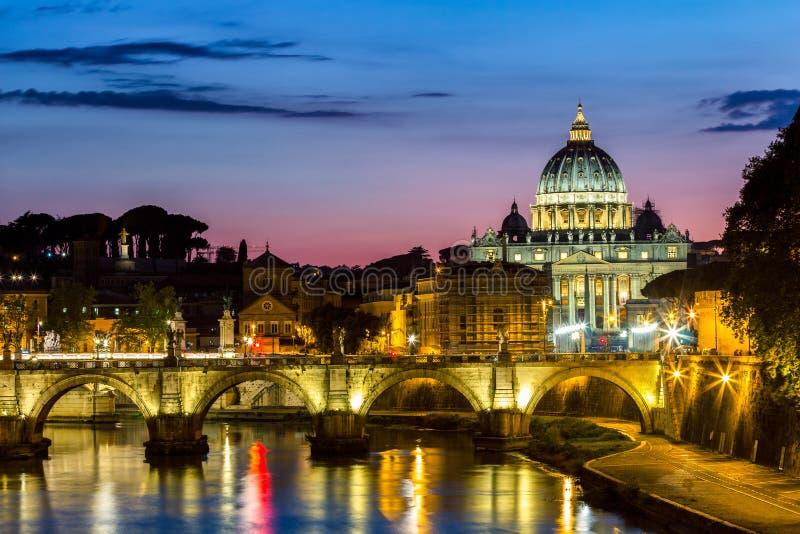 Vatican City Rome, Italien, härlig vibrerande nattbild Panoram royaltyfria foton