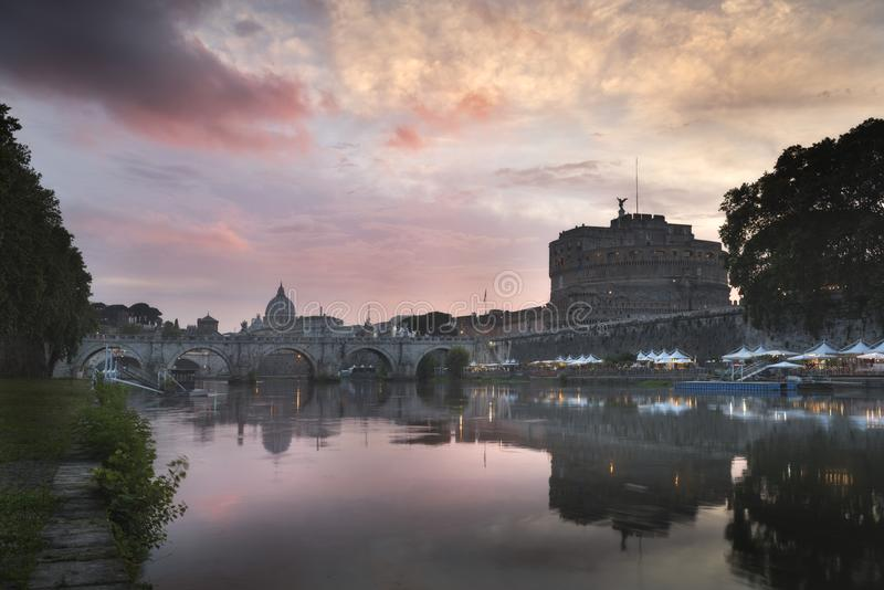 Vatican City Rome, Italien, härlig vibrerande nattbildpanorama av Sts Peter basilika royaltyfria foton