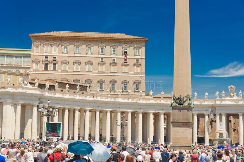 Vatican City 2018 Worshippers samlar i fyrkant för St Peter ` s på Vaticanen arkivfoton