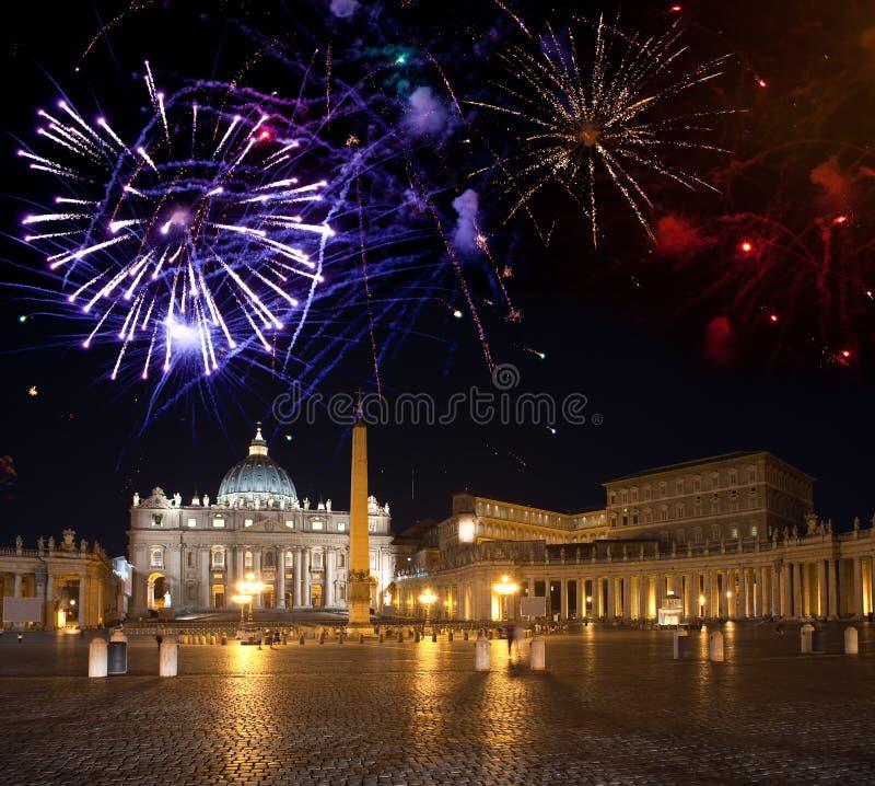 Vatican.fireworks sobre un cuadrado de San Pedro s foto de archivo