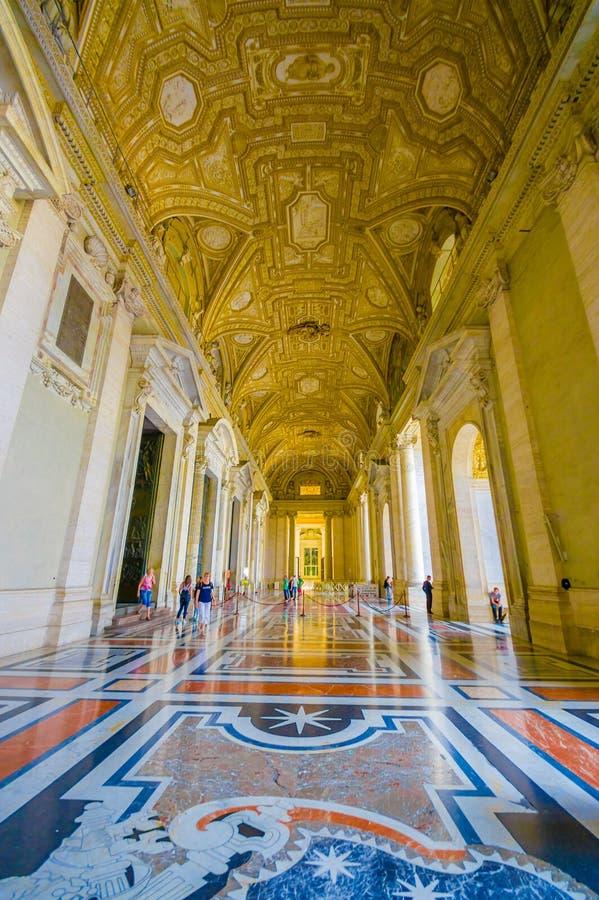 VATICAN, ITALIE - 13 JUIN 2015 : Hall extérieur spectaculaire sur le saint Peter Basilica à Vatican, or couvert et de marbre photos libres de droits