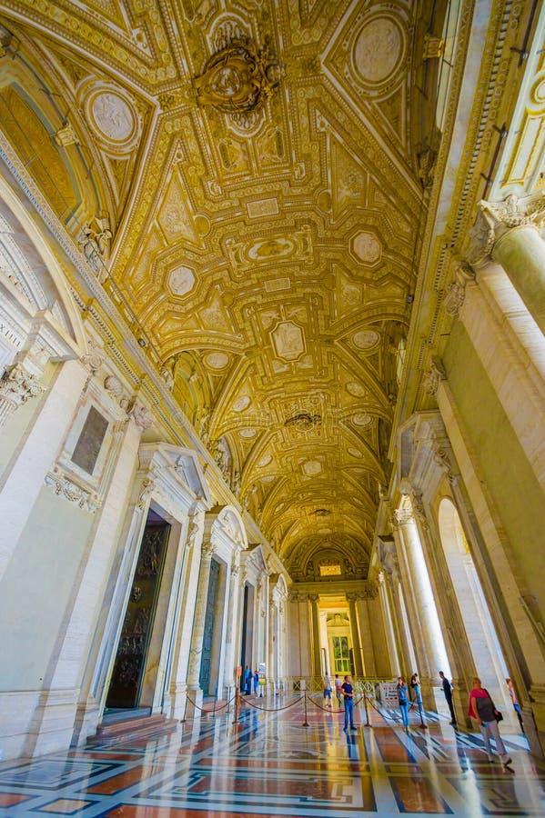 VATICAN, ITALIE - 13 JUIN 2015 : Hall extérieur spectaculaire sur le saint Peter Basilica à Vatican, or couvert et de marbre photo libre de droits
