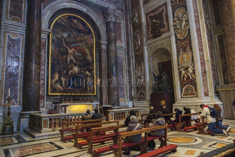 VATICAN ITALIE - 8 NOVEMBRE : pèlerin s'asseyant sur le bureau avec le beauti photos stock