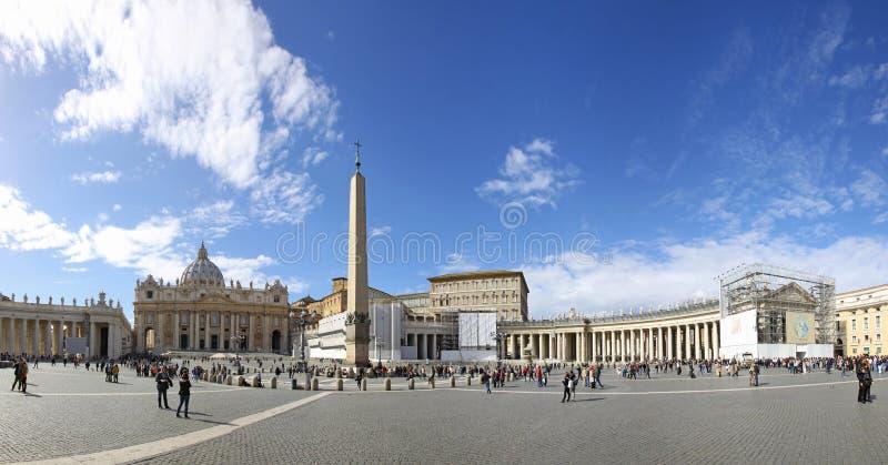 Les gens à Ville du Vatican attendent la réunion papale