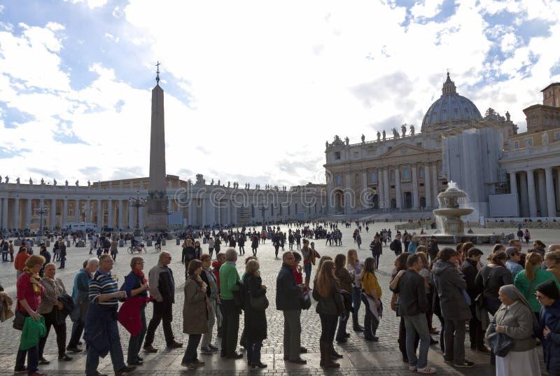 Les gens à Ville du Vatican attendent la réunion papale photographie stock libre de droits