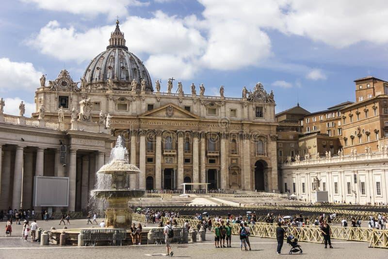 Vatican, Rome/Italie - 24 août 2018 : Place et basilique du ` s de St Peter un jour occupé d'été photographie stock