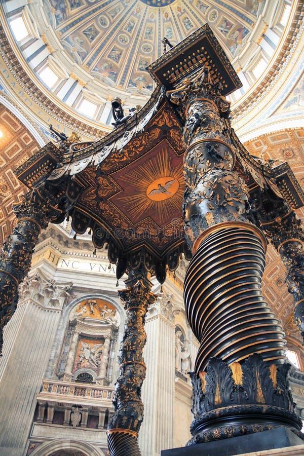 VATICANEN - APRIL 19, 2010: Inre av den påvliga basilikan av St Peter royaltyfria bilder