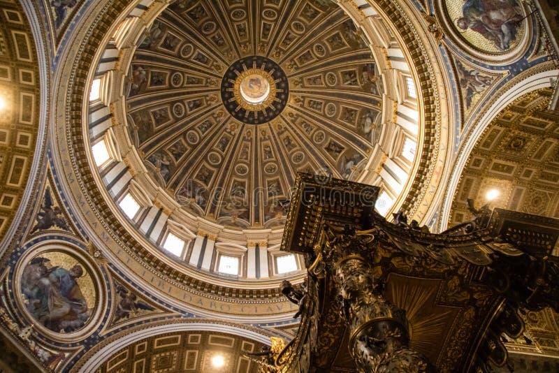 Vaticanen - 08 Augusti 2017: Kupol och baldacchino inom Sts Peter basilika i Vatican City arkivbild