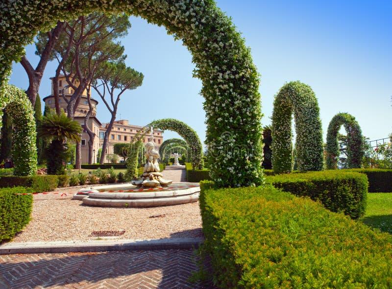 Vaticanen. En Vaticanenträdgård. Landskap i en solig dag arkivbilder
