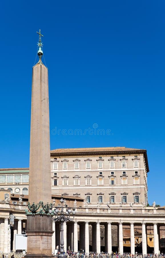 Vaticanen. Området för Sts Peter domkyrka mot den blåa himlen arkivbild