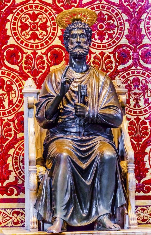 Vaticanen Rome för basilika för helgonPeter Bronze Statue Saint Peter ` s det royaltyfria foton