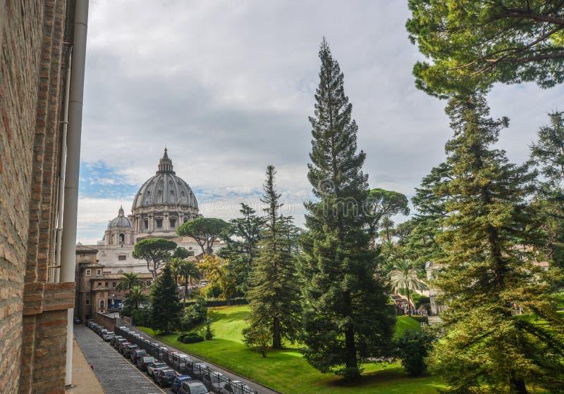 Vaticanenträdgårdar med härligt landskap arkivfoto