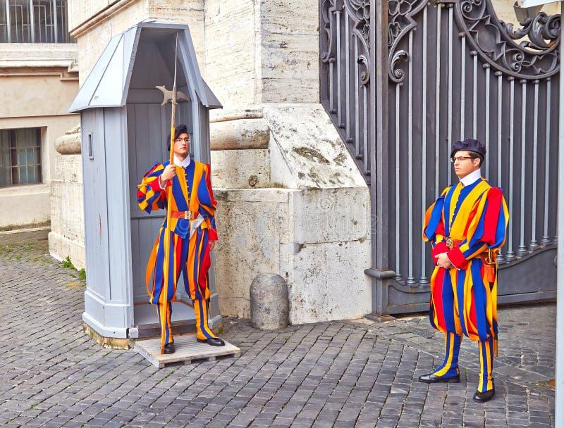 Vaticanenvakt av soldater för schweizisk vakt Den schweiziska vakten ?r f?r n?rvarande den enda typen av krigsmakt av Vaticanen arkivbilder