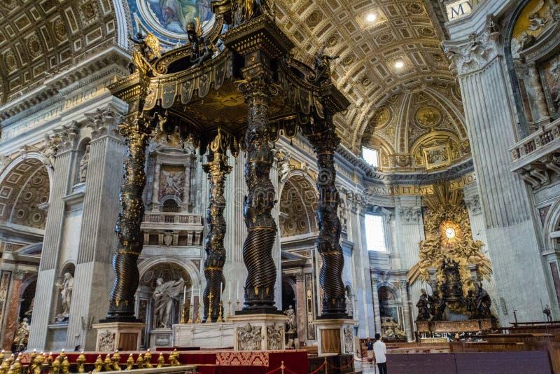 Vaticano - 28 de agosto de 2017: Altar com baldacchino de Bernini Interior da basílica do ` s de St Peter imagem de stock