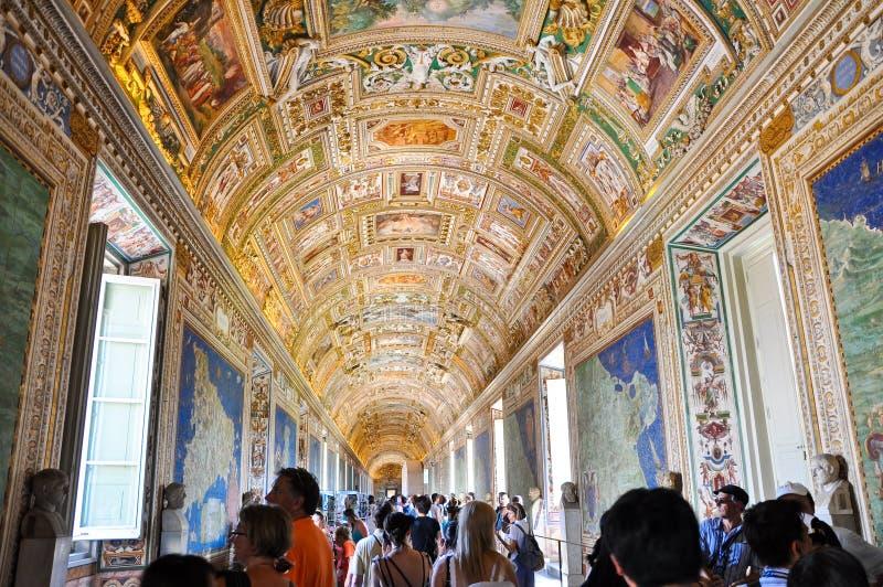 VATICANO - 20 DE JULIO: Galería de los mapas en palacio papal en el Vaticano el 20 de julio de 2010. La galería de mapas es una ga foto de archivo libre de regalías