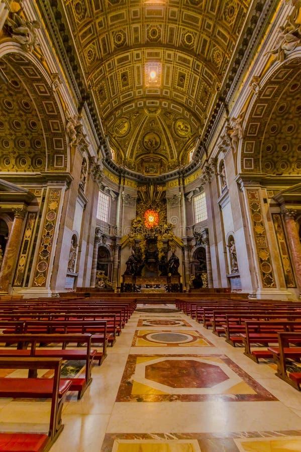 VATICANO, ITÁLIA - 13 DE JUNHO DE 2015: Altar dentro da basílica de St Peter em Vaticano, ninguém nas cadeiras vermelhas Grande b imagem de stock royalty free