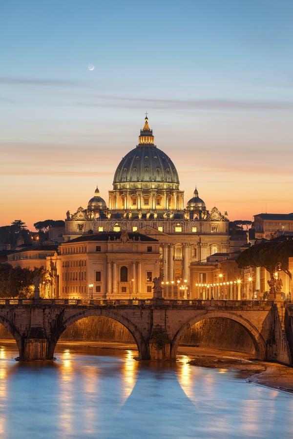 Vaticano (Roma) durante puesta del sol foto de archivo