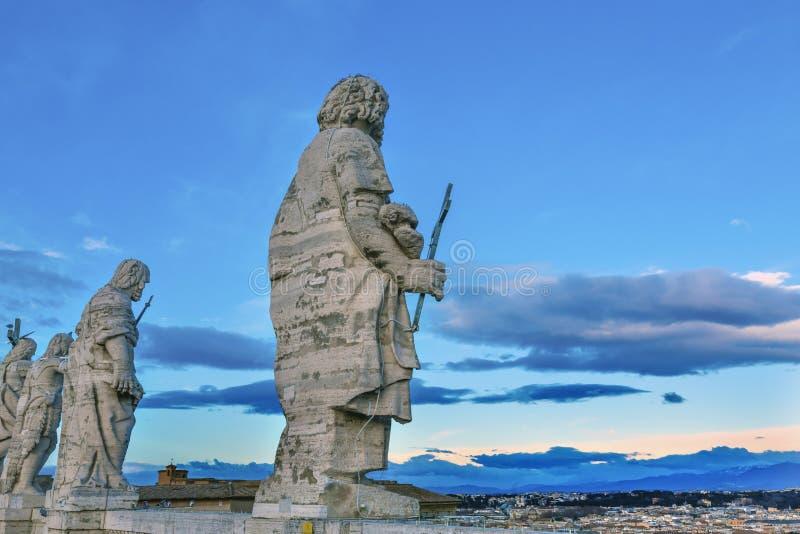 Vaticano Roma Italia del tejado del ` s de San Pedro de las estatuas de los discípulos de Cristo fotografía de archivo