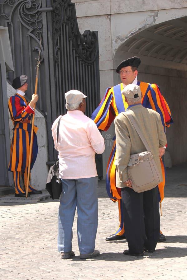 Vatikaan/Italië - JUNI 23, 2016: De toeristen spreken aan gardesoldaat van St Peters Cathedral in het Vatikaan, Rome, Italië stock foto