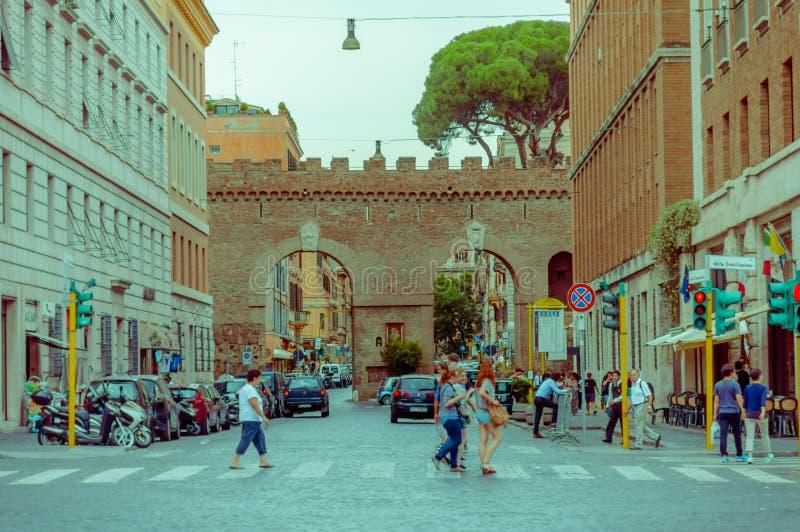 VATIKAAN, ITALIË - JUNI 13, 2015: Historische straat in Rome alvorens aan de stad van Vatikaan binnen te gaan, mensen die de stra royalty-vrije stock foto's