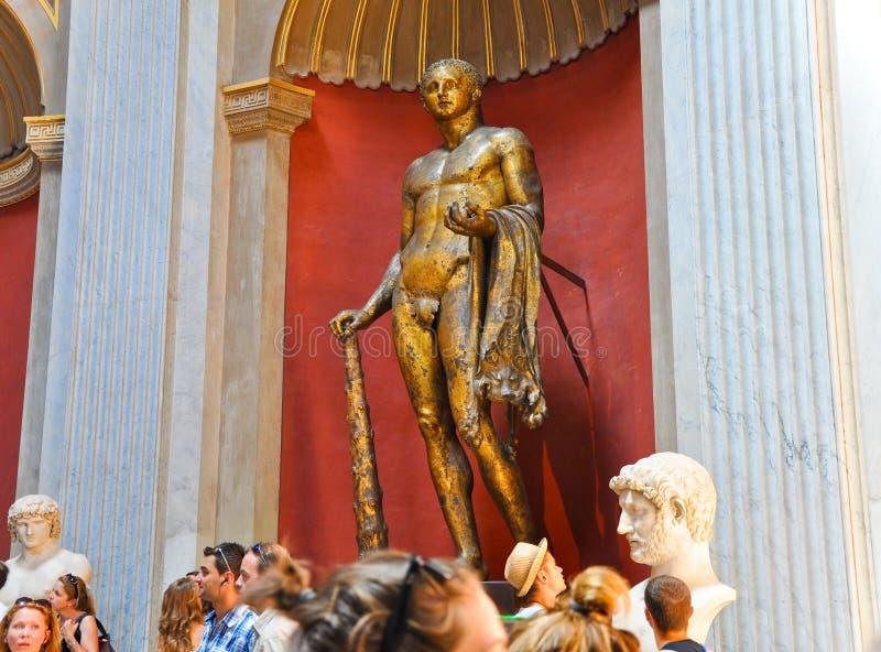 20 Vatikaan-JULI: Het bronsbeeldhouwwerk van Hercules in Sala Rotonda op 20,2010 Juli in het Museum van Vatikaan, Rome, Italië. stock foto