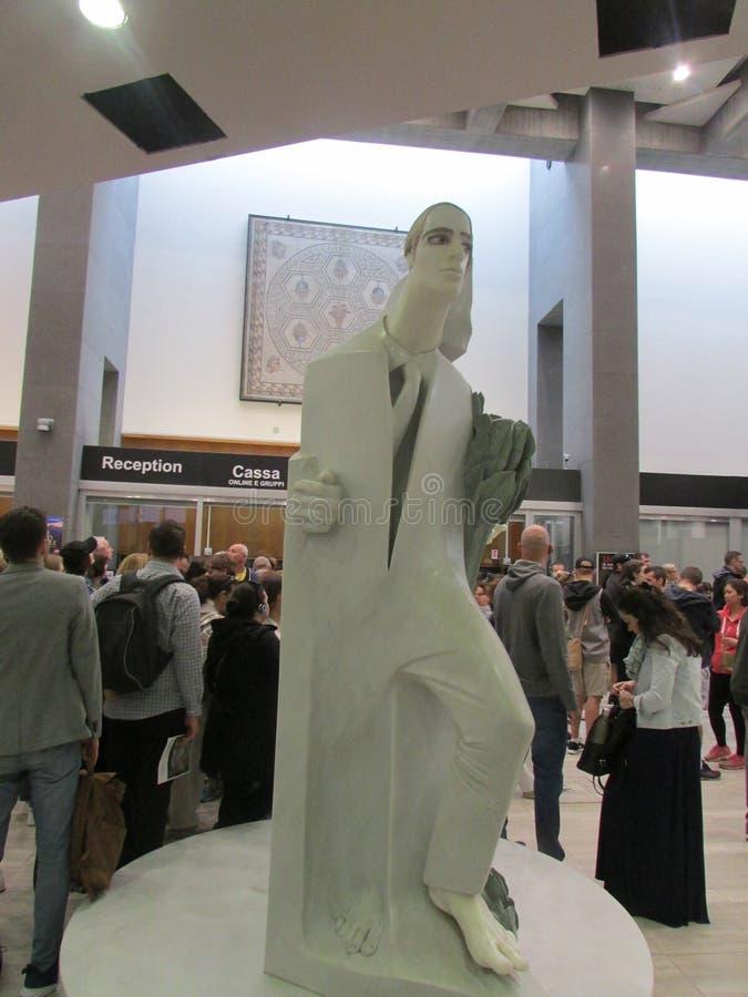 Vatikaan, Rome, Italië, ingang aan het museum In het centrum is een modern beeldhouwwerk royalty-vrije stock foto