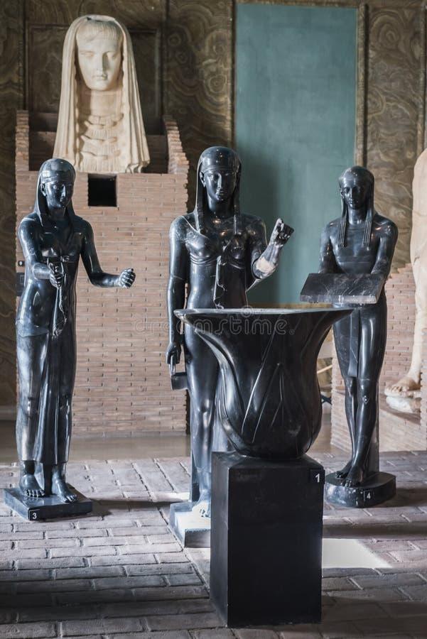VATIKAAN, ROME, ITALIË - NOVEMBER 17, 2017: Egyptische Standbeelden bij Binnenland van het Museum van Vatikaan royalty-vrije stock foto