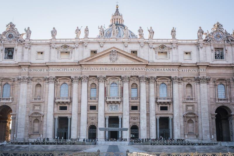 VATIKAAN, ROME, ITALIË - NOVEMBER 17, 2017: Hoofdingang op het Vierkant van Vatikaan stock foto
