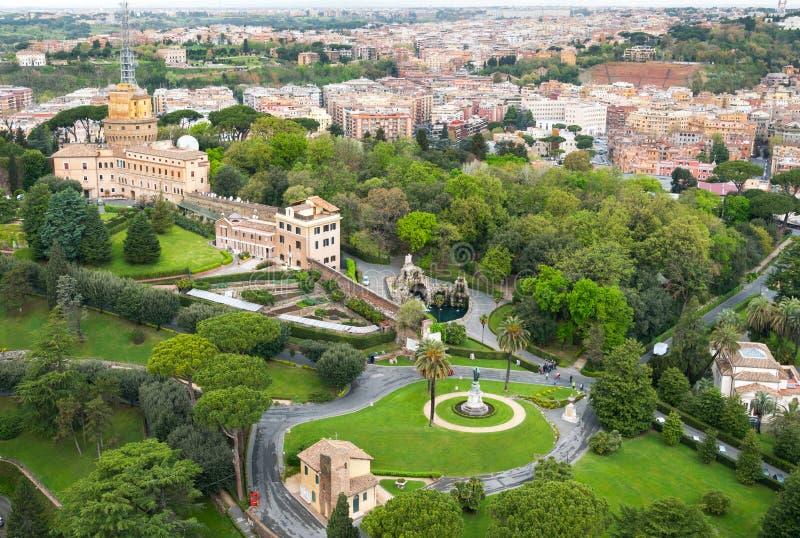 Vatikan arbeitet Vogelperspektive im Garten stockbilder