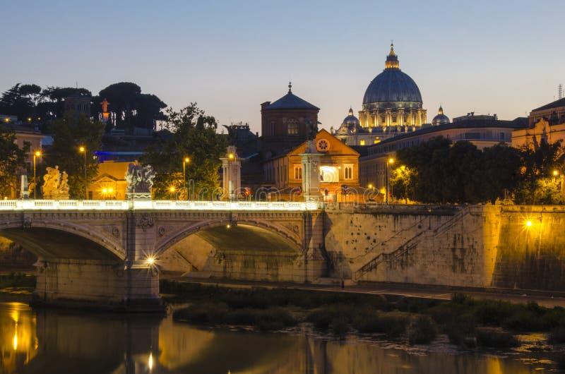 Vatikan durch Sonnenuntergang lizenzfreies stockfoto