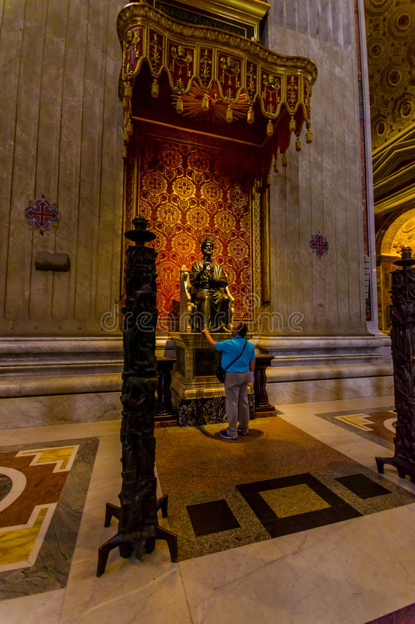 VATIKAN, ITALIEN - 13. JUNI 2015: Apostel-St- Peterstatue innerhalb St- Peterbasilika auf Vaticano stockbild