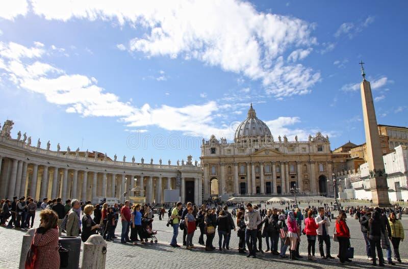 Leute in der Vatikanstadt warten die päpstliche Konklave stockfotos