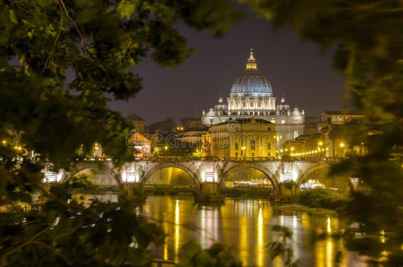 Vatikan nachts lizenzfreie stockfotos