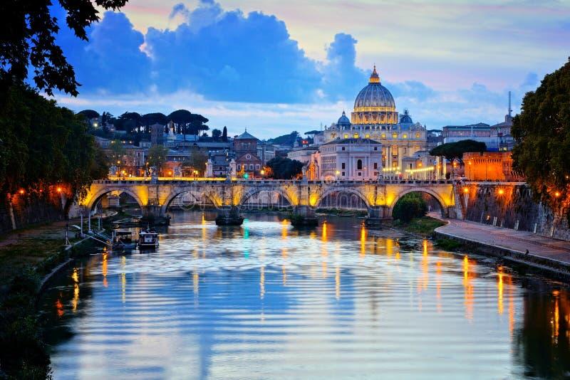 Vatikanstadt mit belichteten Reflexionen bei Sonnenuntergang, Rom, Italien stockbilder