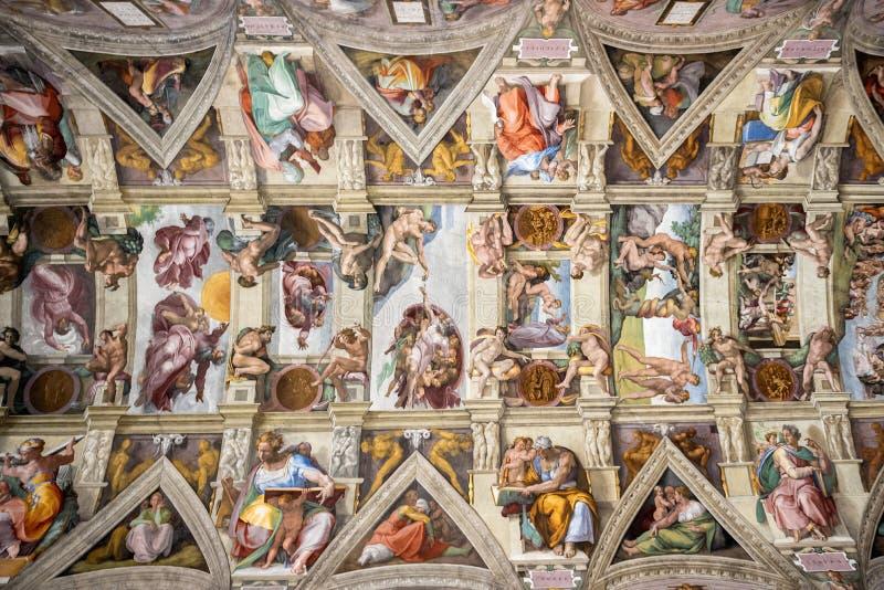 VATIKANSTADT, VATIKAN: Decke der Sistine-Kapelle im Vatikan-Museum, Vatikanstadt Schöne alte Fenster in Rom (Italien) stockbild