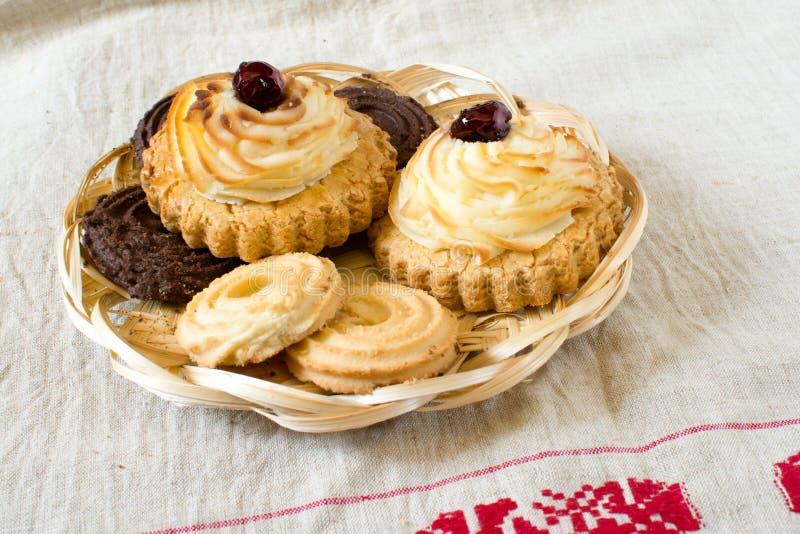 Vatrushka o sochnja ruso tradicional, empanadas abiertas hechas en casa con requesón, bollos redondos, pastel de queso, cuajada d imagen de archivo libre de regalías