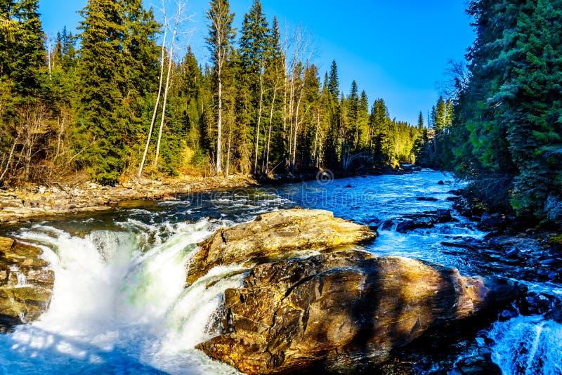 Vatten av den Murtle floden dråsar över kanten av bubbelpoolnedgångar i de Cariboo bergen av brunnar Gray Provincial Park arkivfoton