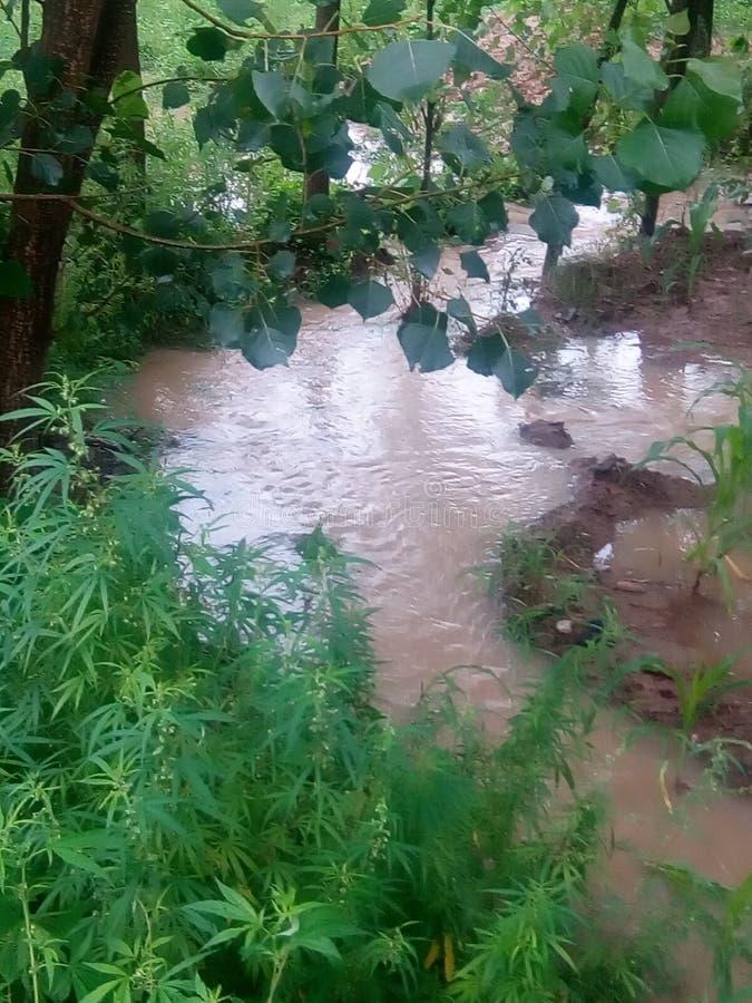 Vatten av regn går till och med kanalen arkivfoto