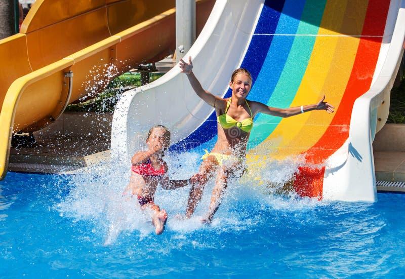vatten för aquaparkbarnglidbana arkivfoton