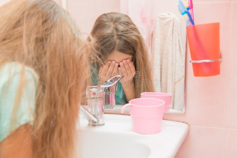 Vatten för barnögonwash i badrummet royaltyfria foton