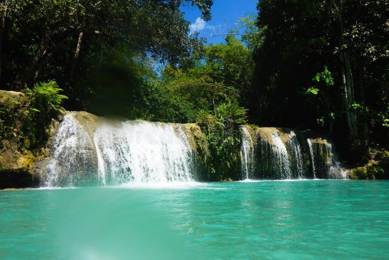 Vatten för blå gräsplan av Cambugahay nedgångar, Siquijor royaltyfria bilder