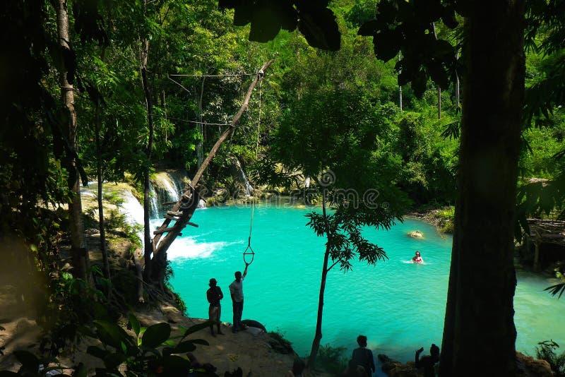 Vatten för blå gräsplan av Cambugahay nedgångar, Siquijor arkivfoton