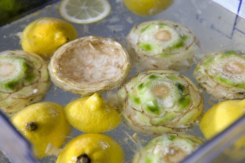 vatten för citronpieförberedelse arkivbild