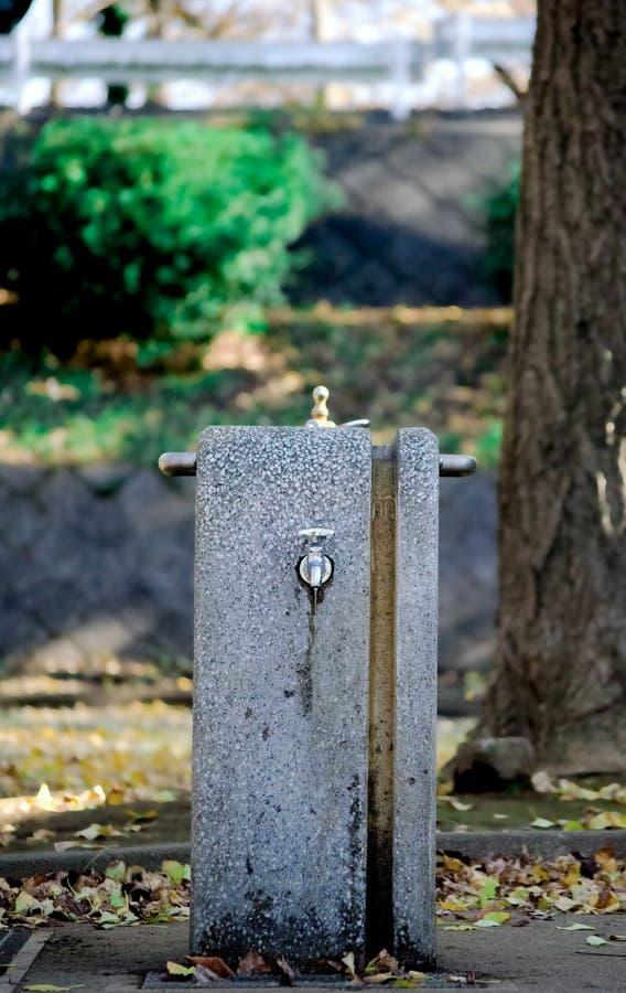 Vatten för dricka och tvättande händer runt om Tokyo, Japan Befolkning i Japan är en miljard personer I sommartid som är internat royaltyfri foto
