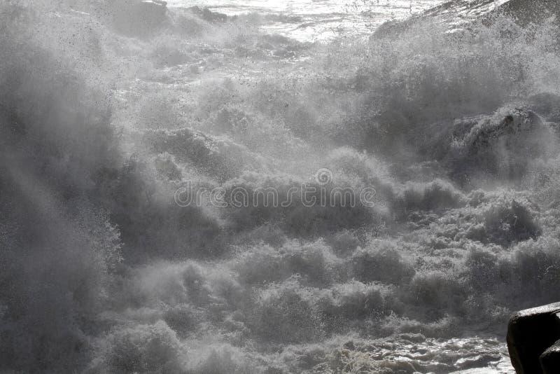 Vatten för grovt hav mellan klippor arkivbild