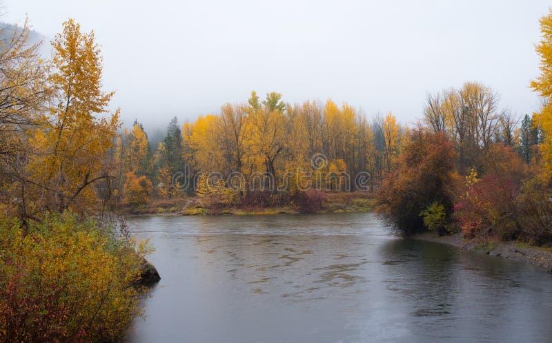 Vatten för höstar-framdelen parkerar i Leavenworth med floden fotografering för bildbyråer