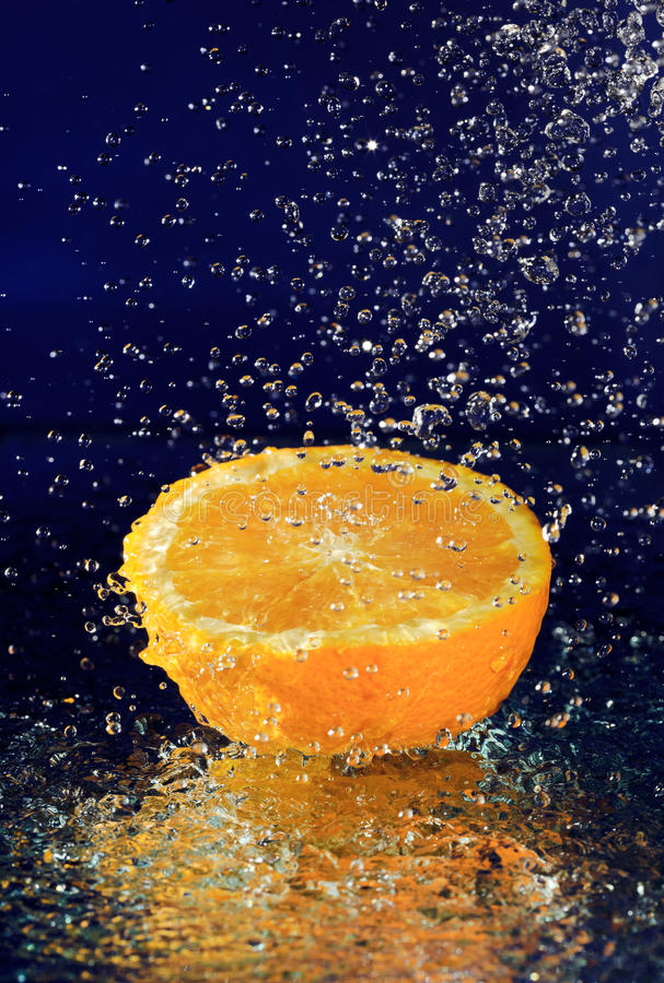 vatten för half rörelse för droppar orange stoppat royaltyfri bild