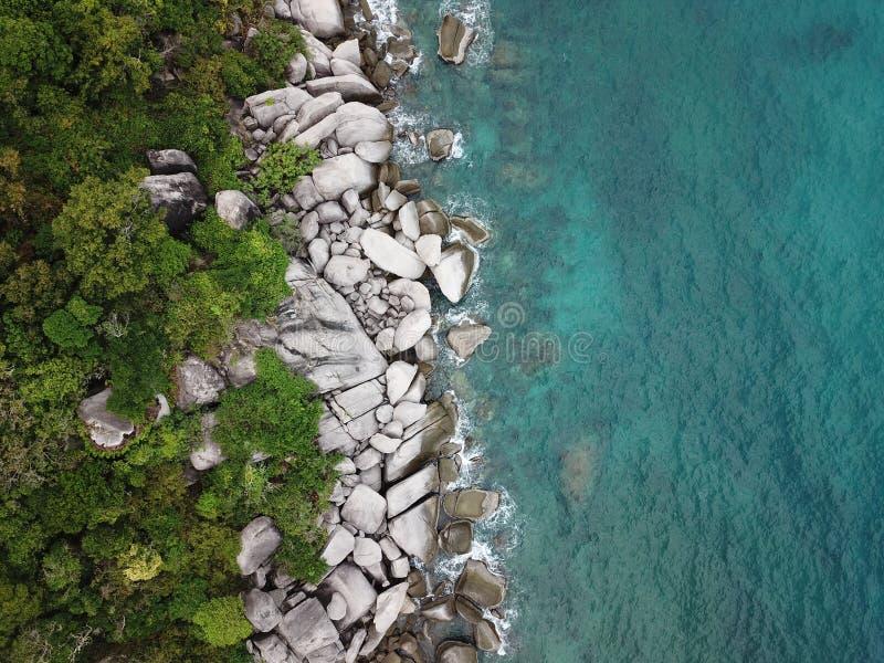Vatten för hav för bild för hög vinkel klart för att dyka på den Koh Nang Yuan kusten i Surat Thani, Thailand royaltyfri bild