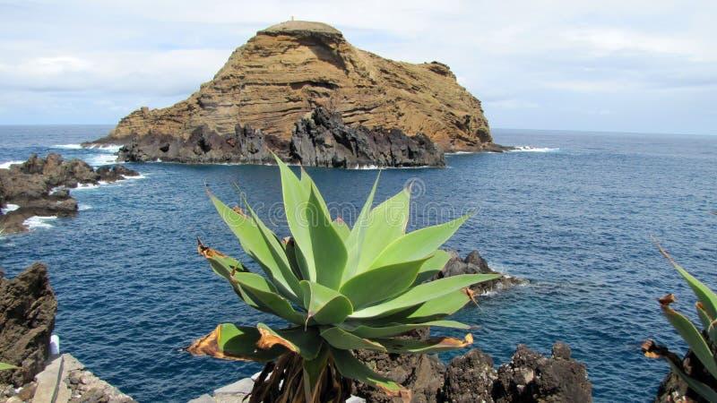 Vatten för klippastrandhav arkivfoto